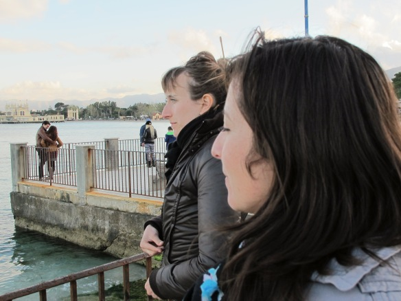 Lucie ed Elizabeth ammirando il paesaggio.